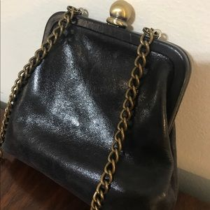 HOBO Libby Crossbody Bag Small Black kiss closure